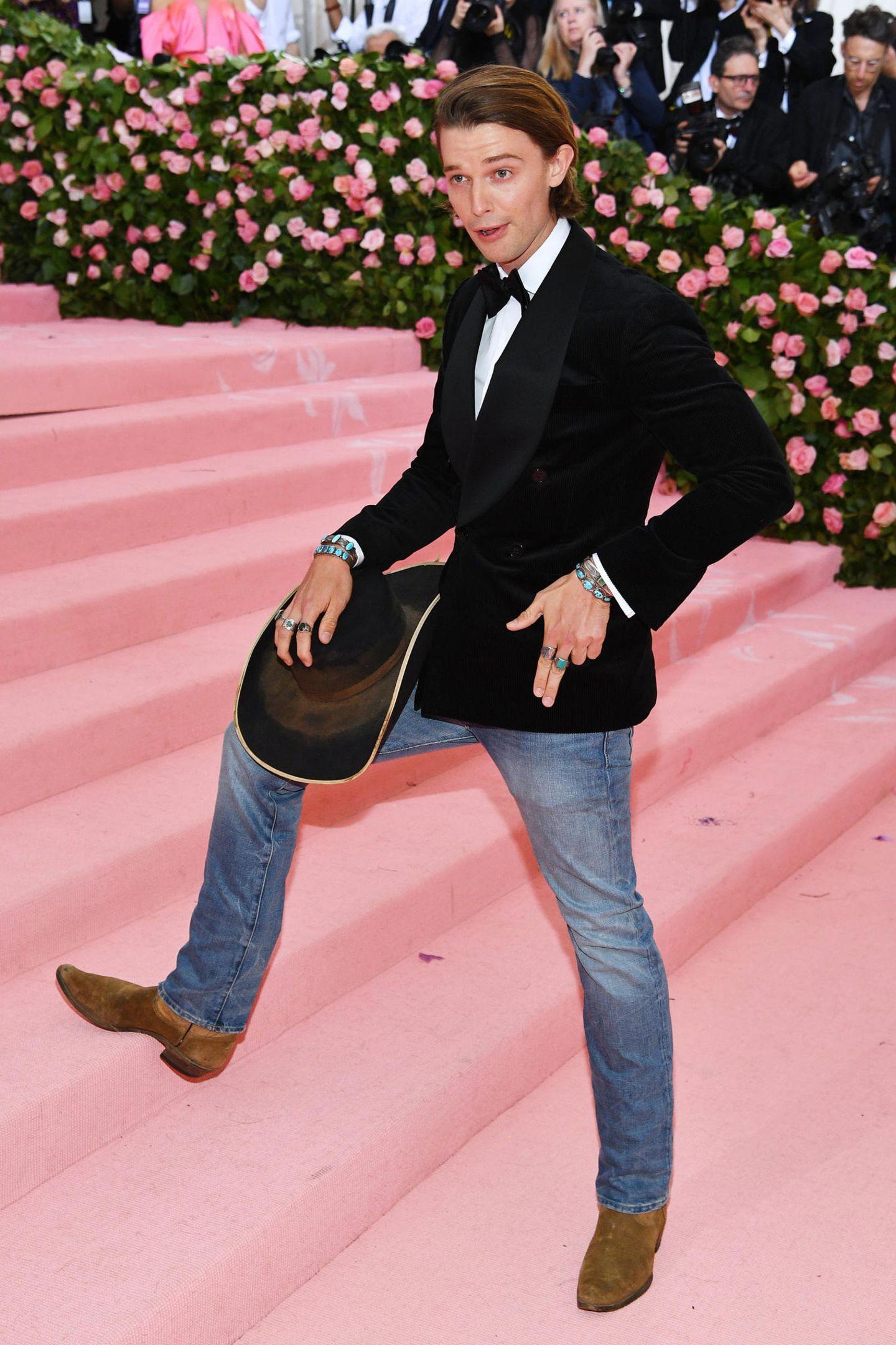 Howdie! Patrick Schwarzenegger mixt Jeans mit Dinner-Jackett und Cowboy-Hut und Boots.