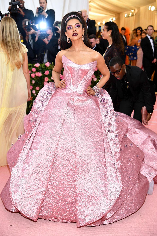 Als dramatische Barbie-Prinzessin im extravaganten Zac-Posen-Traum zeigt sich Bollywood-Star Deepika Padukone.