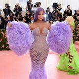 Zum Abheben bereit ist Kylie Jenner im sexy, fliederfarbenen Feder-Look.