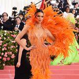 Kylies Schwester Kendall setzt ebenfalls auf einen farblich auffälligen Federn-Style.