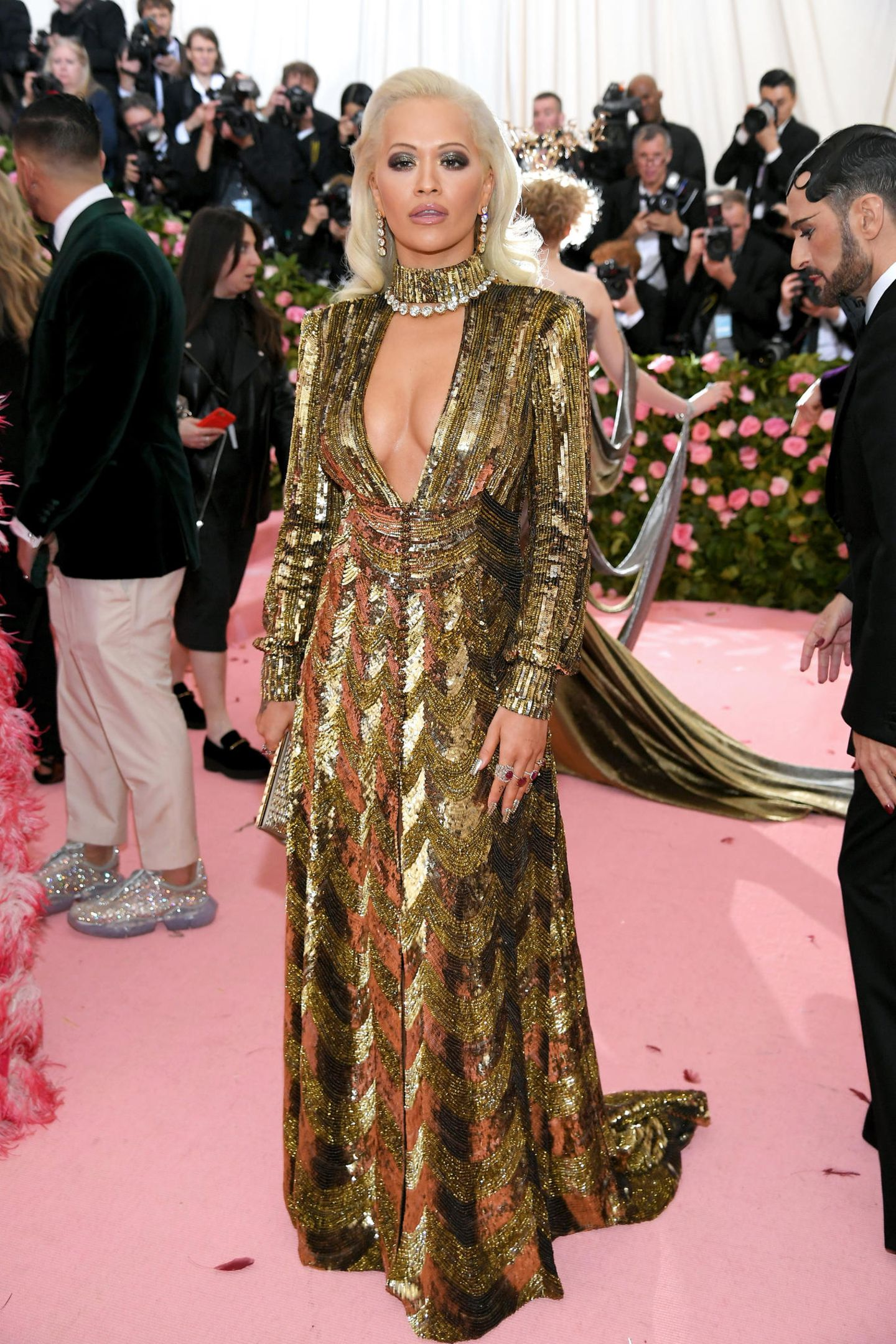 Gold-Glamour versprüht Rita Ota im tiefausgeschnitteten Kleid von Marc Jacobs.