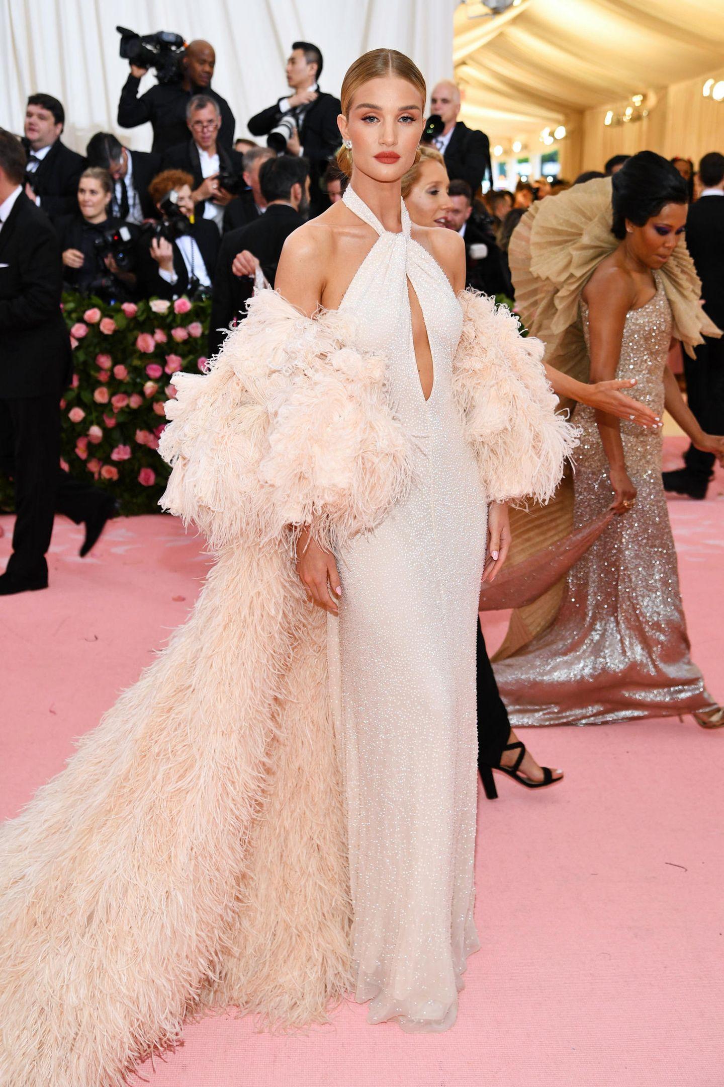 Nicht besonders extravagant, aber sehr elegant gestylt zeigt sich Rosie Huntington-Whiteley im Traumkleid von Oscar de la Renta.