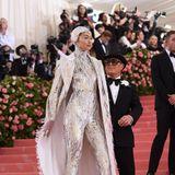 Im sexy Robot-Look glänzt Gigi Hadid besonders schön, dahinter ihr Designer Michael Kors stylisch mit Zylinder.