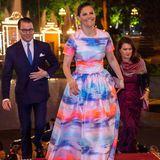 Victoria und Daniel kommen gut gelaunt zum offiziellen Dinner in den Präsidentenpalast. Die schwedische Kronprinzessin trägt zu diesem Anlass ein zauberhaftes Kleid in Aquarelltönen.