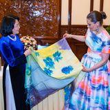 Von Vizepräsidentin Dang Thi Ngoc Thinh bekommt Victoria als Gastgeschenk ein wunderschönes Seidentuch.