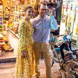 Prinzessin Victoria und Prinz Daniel schauen sich am Abend die Altstadt von Hanoi an und freuen sich über ihre spontane Date-Night.