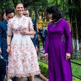 """Beim Rundgang im Garten hat Prinzessin Victoria einen """"Cinderella-Moment"""": Ihr Schuh scheint zu drücken."""