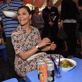 Prinzessin Victoria ist sich nicht zu schade, in den Straßen von Hanoi das einfache Street Food zu essen.