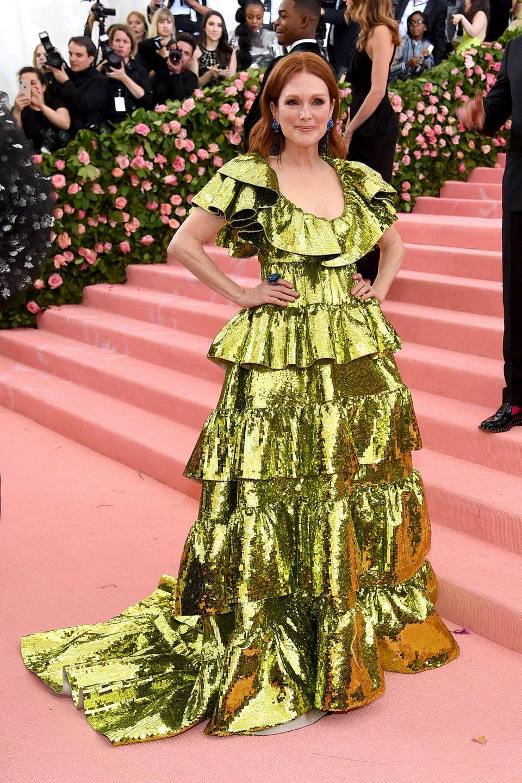 Im gold-grünen Metallic-Look von Valentino besucht Julianne Moore die Met Gala.