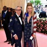 Ganz patriotisch sind Tommy und Dee Hilfiger auf dem rosafarbenen Teppich unterwegs.