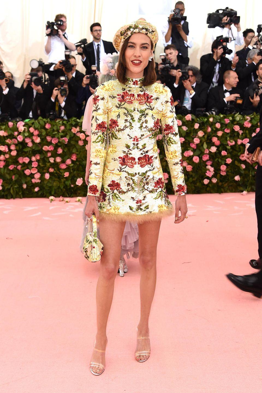 Alexa Chung bringt im floralen Dress Sommerlaune auf den Pink Carpet.