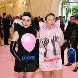 Fetisch-Style im Partnerlook: Jemima Kirke und Lena Dunham tragen provokative Outfits von Christopher Kane.