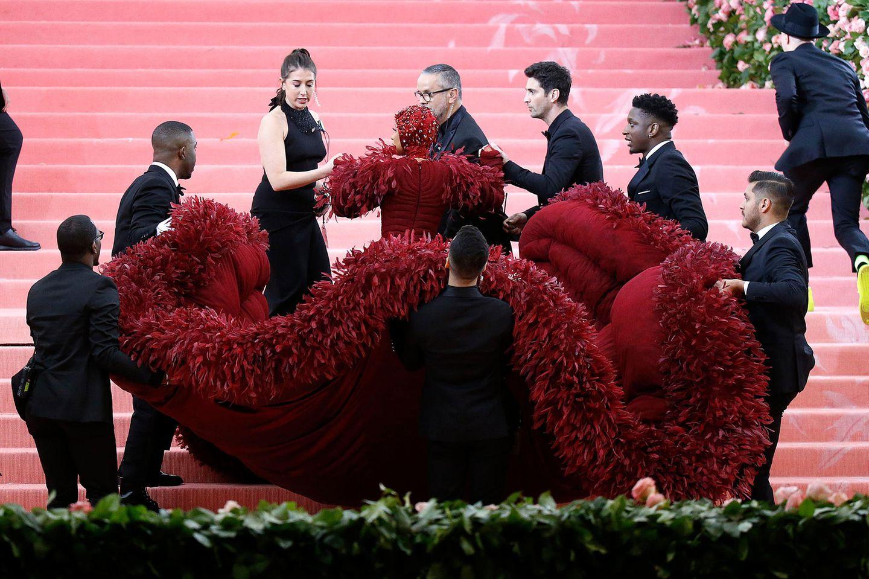 Mit Sicherheit hat sie auch die meisten Stylisten, die sich darum kümmern, dass sie mit ihrem Kleid auch heil die Treppen hochkommt.
