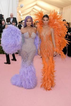 """Kylie Jenner und Kendall Jenner erinnern mit ihren Met-Looks an die bösen Stiefschwestern aus dem """"Cinderella""""-Filmklassiker."""