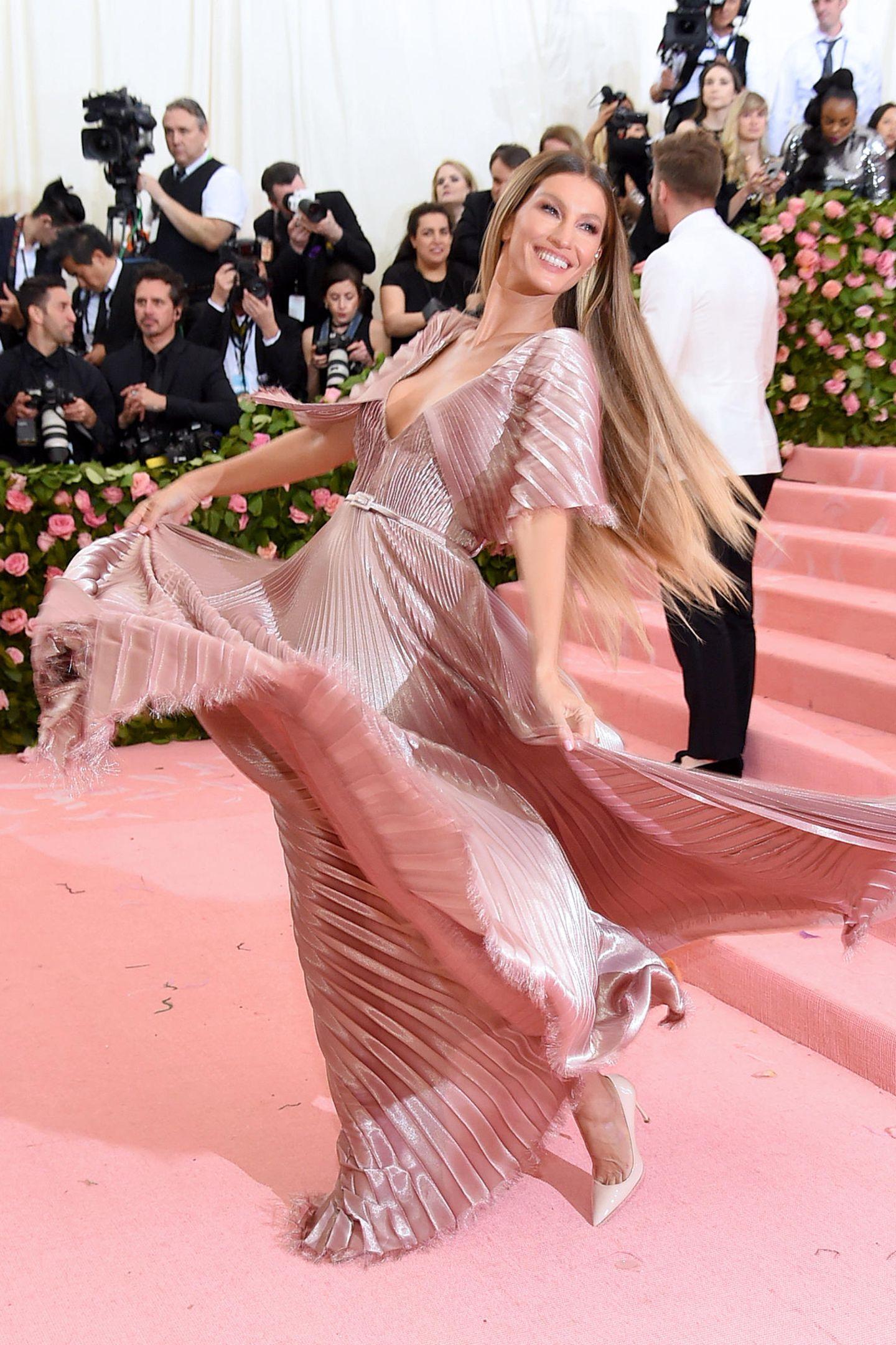 Schön und schwungvoll strahlt Gisele Bündchen in Vorfreude auf die Met Gala. Sie trägt Dior.