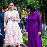 Im Rahmen ihrer Vietnam-Reise zieht Prinzessin Victoria in zahlreichen Outfits alle Blicke auf sich. Bei diesem royalen Termin fällt sie allerdings durch ein Mode-Malheur ins Auge und ihr tailliertes Kleid mit floralen 3D-Stickereien wird zur Nebensache.
