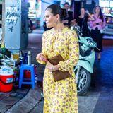 Für einen Stadtbummel durchHanoi wählt Prinzessin Victoria ein gelbes Blumenkleid und sommerliche Sandalen.