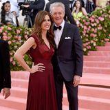 Desiree Gruber und Kyle MacLachlan sind seit 2002 verheiratet. In einem schlichten, burgunderroten Dress und mit farblich passendem Lippenstift macht die Unternehmerin neben ihrem Schauspieler-Ehemann eine tolle Figur.