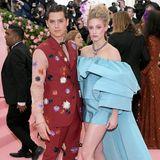 Auch ihre SerienkollegenCole Sprouse und LiliReinhart legen in gewagten Outfits einen besonders dramatischen Auftritt hin.