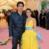 Charles Melton und Camila Mendes gelten als absolutes Teenie-Traumpaar. Er macht in seinem glitzernden Anzug eine mindestens genau so gute Figur, wie sie in ihrem gelben Federkleid.