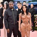 Auf einem Event, über das die ganze Welt spricht, dürfen natürlich auch diese beiden nicht fehlen: Kanye West und Kim Kardashian erwarten in diesen Tagen ihr viertes Kind, das von einer Leihmutter ausgetragen wird. Es ist ihr sechster gemeinsamer Auftritt auf dem rosa Teppich der Met Gala in New York.