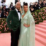 Auch Swizz Beatz und Alicia Keys haben ihre Looks farblich aufeinander abgestimmt: Während er auf ein waldgrünes Samt-Sakko setzt, trägt sie eine mintgrüne Robe mit Kaputze und langem Schleier.