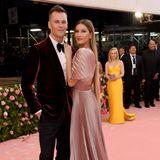 """Immer eine Augenweide, aber nicht wirklich dem Motto """"Camp"""" entsprechend: Tom Brady und Gisele Bündchen setzen auf klassische Looks."""