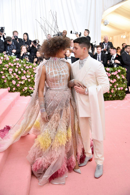 Muss Liebe schön sein! Priyanka Chopra und Nick Jonas turteln vor den Fotografen. Vor zwei Jahren ließen sie mit ihrem gemeinsamen Besuch der Met Gala die Gerüchteküche brodeln, jetzt sind die Schauspielerin und der Sänger frisch verheiratet.