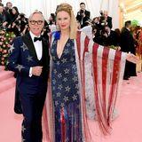 Tommy Hilfiger und seine Frau Dee erscheinen im All-American-Look. Wie gut, dass die Farben der Flagge auch die seines Labels sind - die glitzernden Looks (natürlich von Hilfiger) setzen ein echtes Statement.