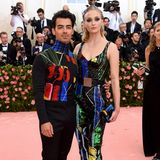 Just Married! Für Joe Jonas und Sophie Turner ist es der erste Red-Carpet-Auftritt als verheiratetes Paar. Der Sänger und die Schauspielerin hatten sich nach der Verleihung der Billboard Awards in Las Vegas das Ja-Wort gegeben.