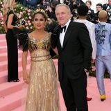 Salma Hayek und François-Henri Pinault sind ein eingespieltes Team: Während sie in einer goldenen Robe von Gucci alle Blicke auf sich zieht, hält er sich in einem schlichten, schwarzen Smoking eher im Hintergrund.