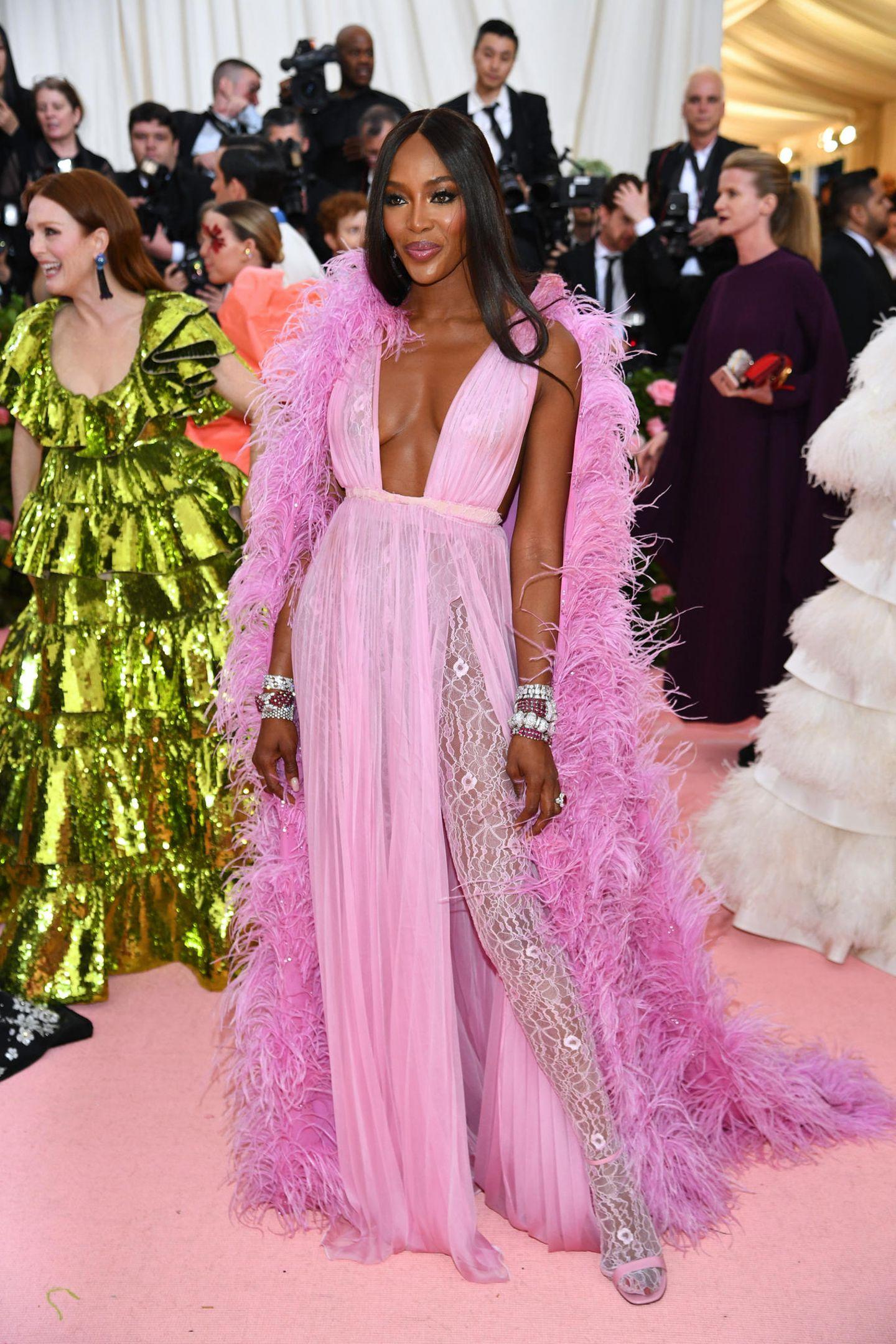 Pretty in Pink: Naomi Campbell in einer Kreation vonPier Paolo Piccioli für Valentino Haute Couture.
