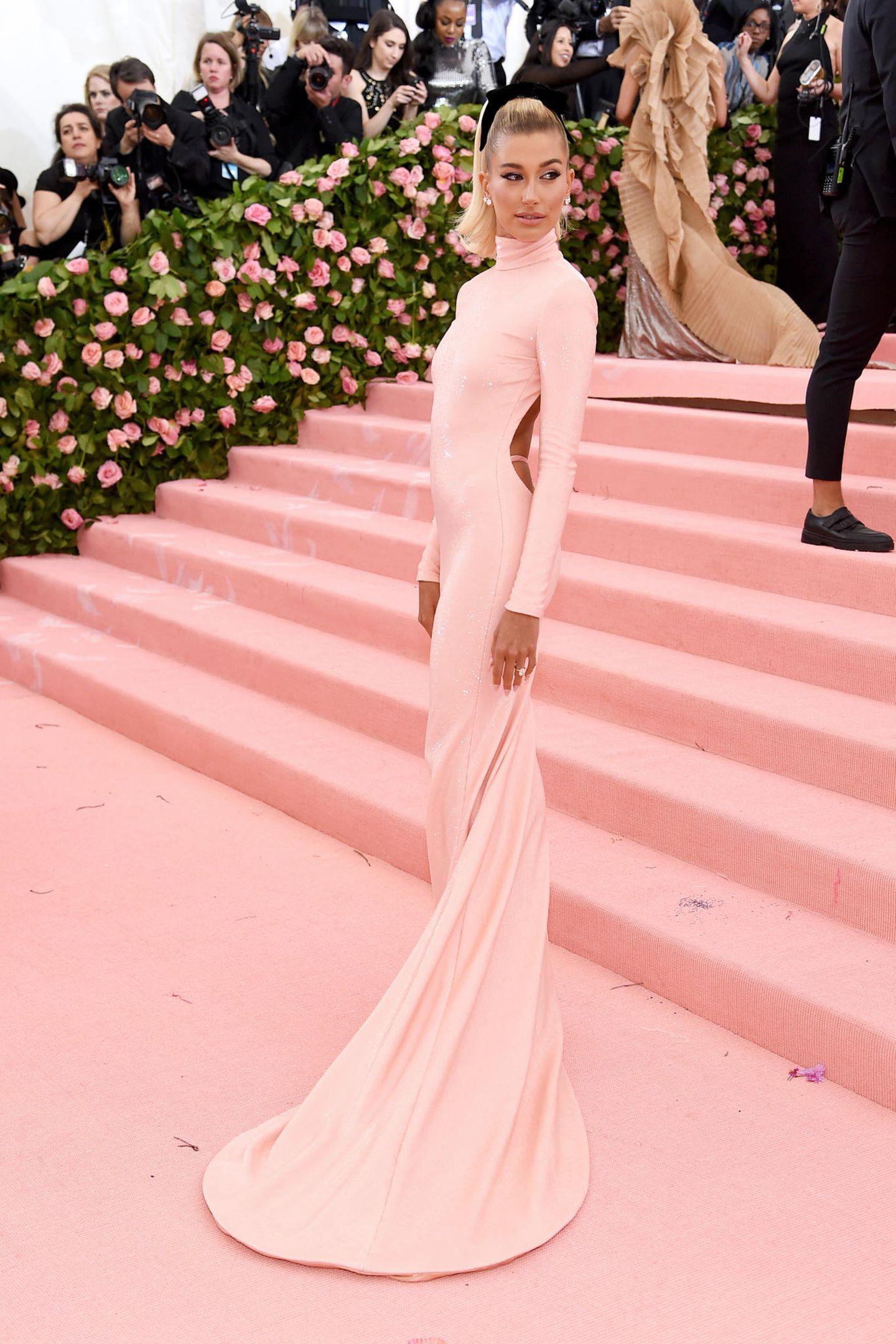 Hailey Bieber, ohne ihren Justin unterwegs, präsentiert zuckersüße Eleganz von Alexander Wang.