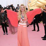 Happy Hippie: Elle Fanning trägt eine Outfit von Miu Miu.