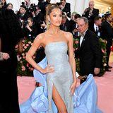Candice Swanepoel bringt kühlen Glamour auf den Pink Carpet der Met Gala. Das Kleid stammt von Prabal Gurung.