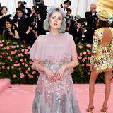 Feenhaft schwebt Lucy Boynton im Prada-Dress über den Pink Carpet.