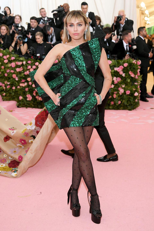 Disco-Glitzer im Mini-Dress: Miley Cyrus trägtSaint Laurent by Anthony Vaccarello.