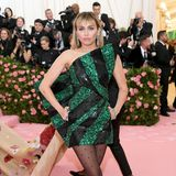 Disco-Glitzer im Mini-Dress: Miley Cyrus trägt Saint Laurent by Anthony Vaccarello.