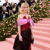 Carey Mulligan sieht imdreifarbigen Prada-Kleid hinreißend aus.