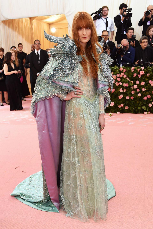 Wie eine Märchenbraut sieht Florence Welch im Gucci-Kleid auf dem Pink Carpet der Met Gala aus.