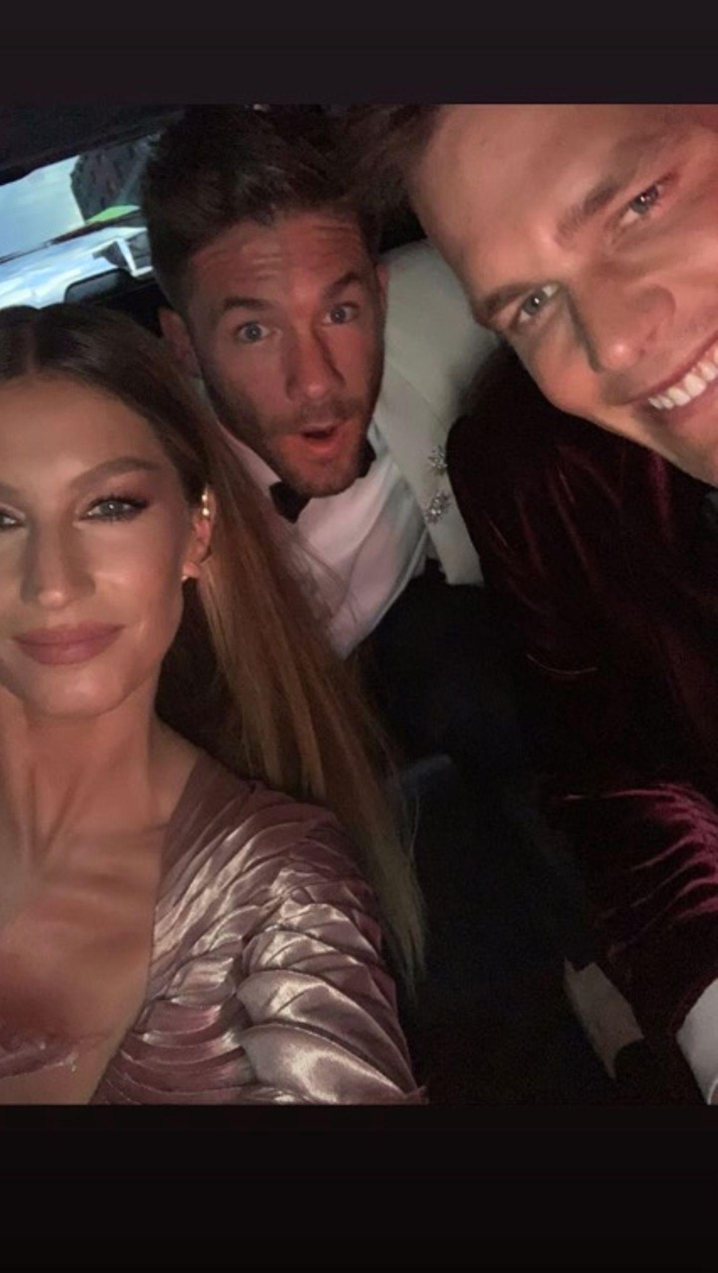 Um das Selfie-verbot auf der Met Gala zu umgehen, knipsen Gisele Bündchen und Ehemann Tom Brady im Auto ein letztes Erinnerungsfoto.