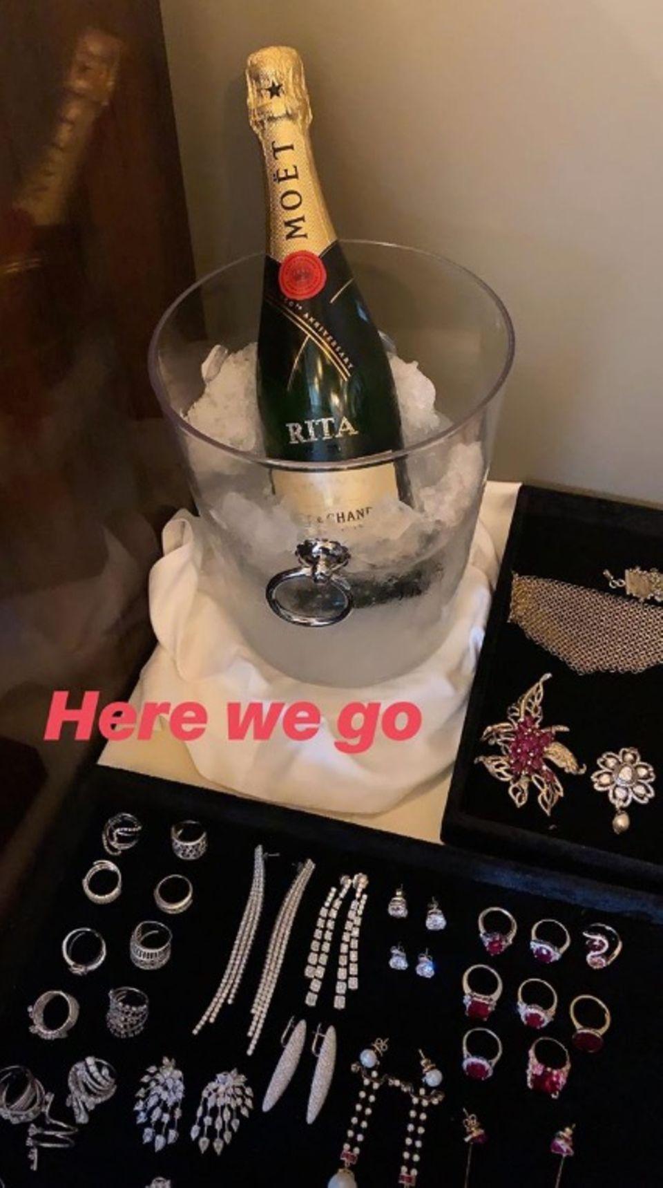 Zwischen Styling und Schmuckauswahl genehmigt sich Rita Ora den ein oder anderen Schluck eisgekühlten Champagner.