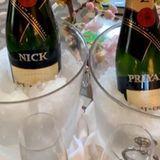 Vorglühen für die Met Gala: Priyanka Chopra und Nick Jonas genießen vor dem großen Auftritt ein Gläschen Champagner aus personalisierten Flaschen.