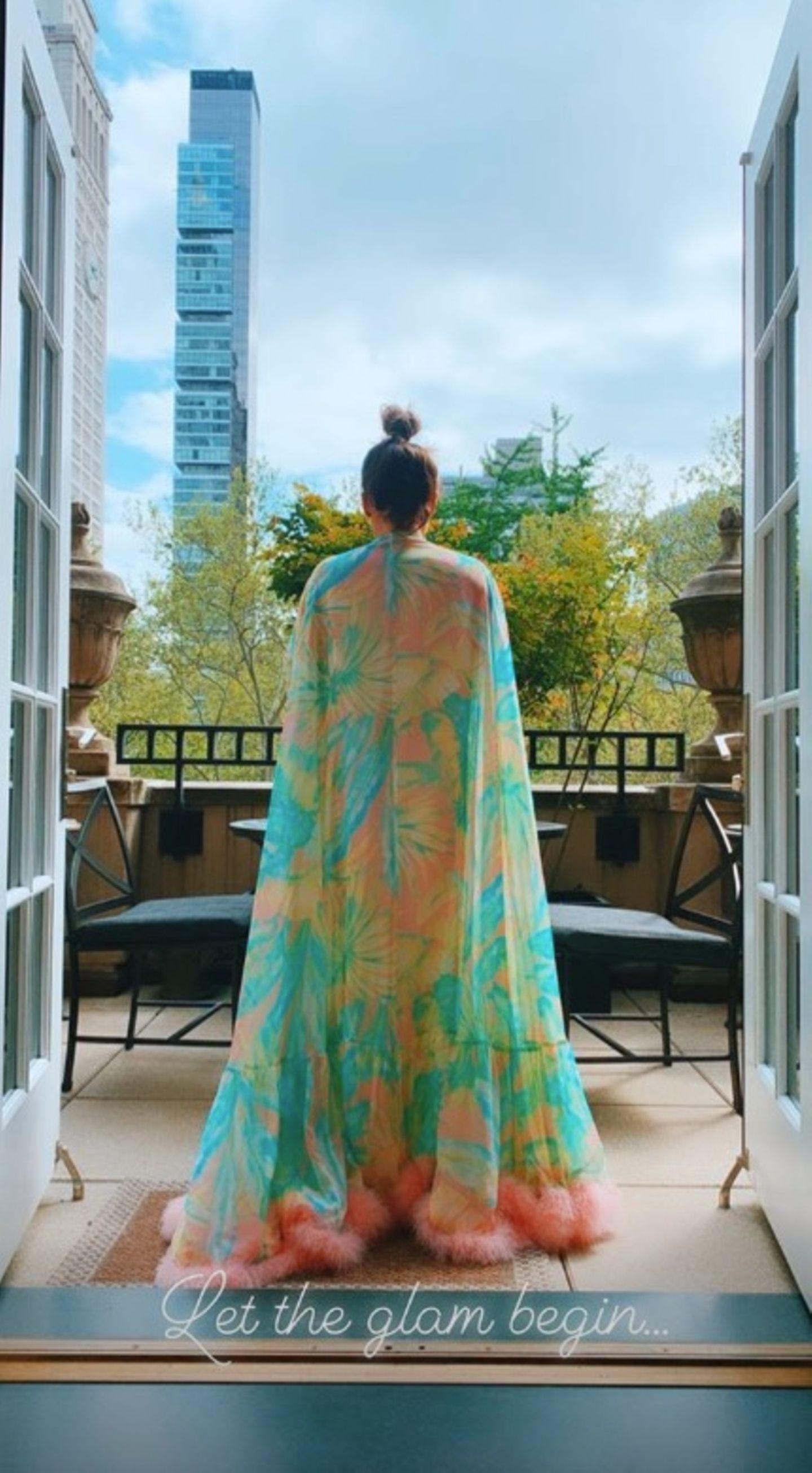 In einem glamourösen Bademantel genießtJennifer Lopez noch einmal die Ruhe, bevor sie sichfür die große Met Gala stylen lässt.