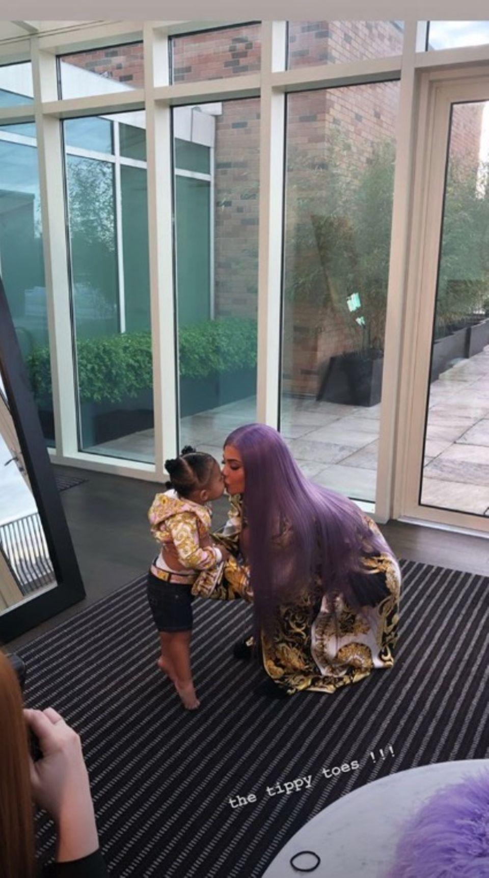 Küsschen vor dem großen Auftritt: Kylie Jenners Tochter Stormi verabschiedet sich von ihrer Mama mit einem süßen Schmatzer.