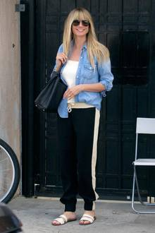 Ganz unglamourös erwischen Paparazzi Heidi Klum in Beverly Hills. Mit Schlappen an den Füßen und einer bequemen Trainingshose, einem schlichten Top und einem Jeanshemd am Körper scheint sich das Model besonders wohlzufühlen und grinst fröhlich in die Kameralinsen. Ein Grund dafür, könnte ihr Besuch beim Frisör sein, denn Heidi zeigt sich mit frisch blondierten Haaren und einemkürzeren Pony.