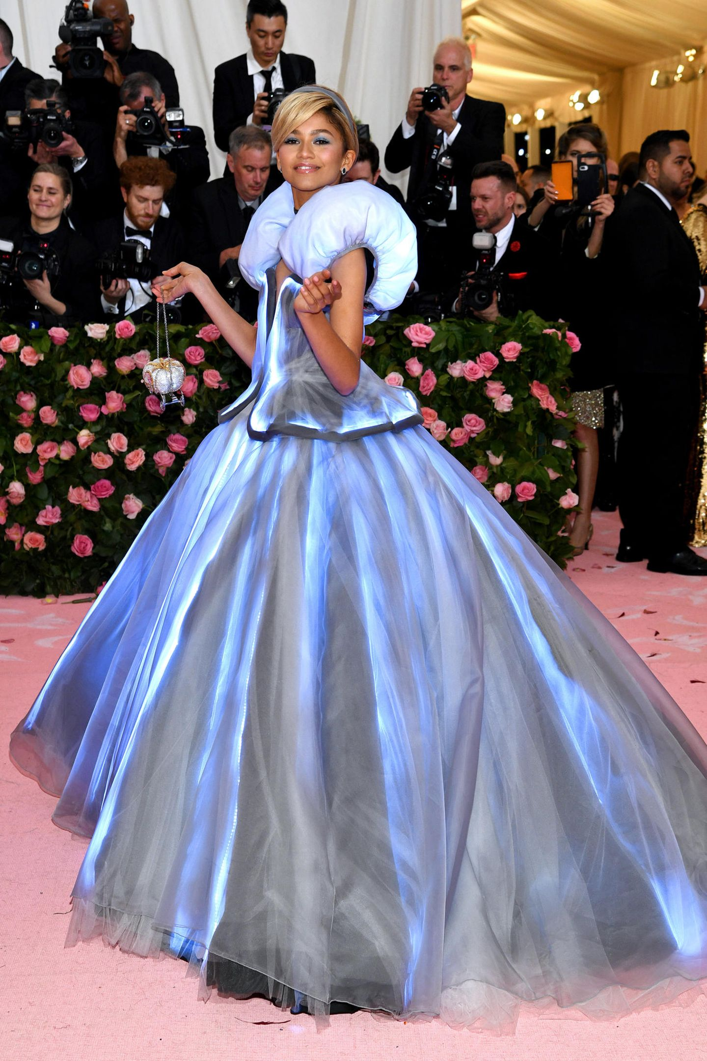 Ganz zauberhaft leuchtet Zendaya in ihrem Cinderella-Look, eigens angefertigt von Tommy Hilfiger.