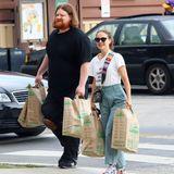 Voll bepackt kommt Natalie Portman in Los Angeles aus einem Bio-Supermarkt. Für die vielen Einkaufstüten hat die Schauspielerin sogar einen Helfer mitgenommen.