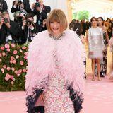 Gastgeber und Vogue-Chefin Anna Wintour ist nicht nur bester Laune, sondern im floralen Kleid von Armani Privé, kombiniert mit einem fedrigen Chanel-Cape auch toll gestylt.