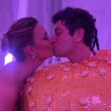 Wie süß! Auf Instagram teilt Karlie Kloss ein süßes Knusch-Foto von sich und ihrem Verlobten, Joshua Kushner, auf der After-Show-Party.